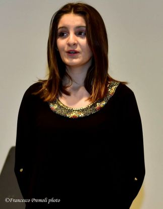 Chiara Marinoni si esibisce cantando