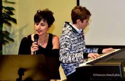 Elena Cesarotti mentre recita le poesie di natale di Anna Martinenghi, accompagnata al pianoforte da Davide Pola