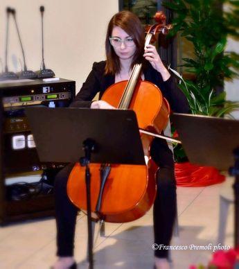 Annamaria Marinoni al violoncello mentre interpreta la Carmen di Bizet